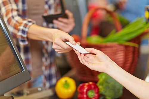 Butikken betaler mye for å kunne akseptere kredittkort, men vil ikke øke prisene slik at kunden må betale for det.