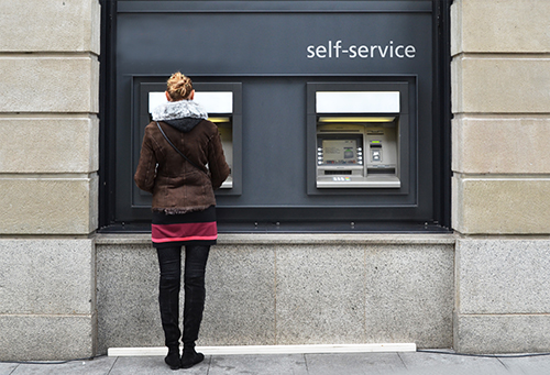 Mange kredittkort kaller seg for «gebyrfrie», men er det egentlig gratis selv om man betaler hele det utestående beløpet ved forfall?