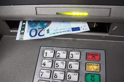 Selv med gebyrfrie kort risikerer man å måtte ut med gebyr for å ta ut penger i utlandet. Men i hvilke land bør man være oppmerksom på disse gebyrene?
