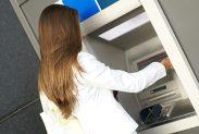Noen kredittkort krever gebyr ved kontantuttak, hos noen løper renter fra dag én. I denne oversikten ser du hvilke.