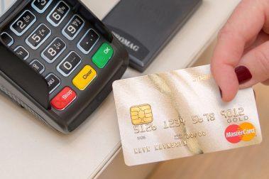 Fra og med 1. mai økes gebyr for kontantuttak innlands og valutapåslaget på samtlige av SpareBank 1s kredittkort. Samtidig fjerner banken gebyret for kontantuttak i utlandet. – Et ønske om endret kundeadferd og mer riktig kortbruk, melder banken.